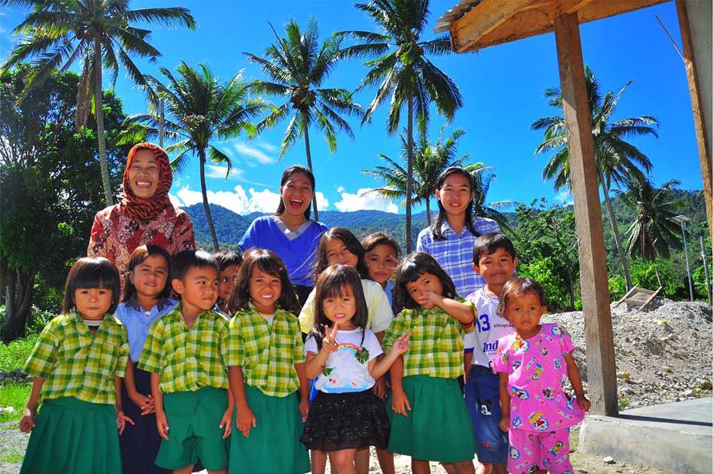 Guru dan anak TK Boladangko