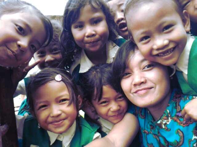 Jumita bersama anak-anak TK di Mentawai