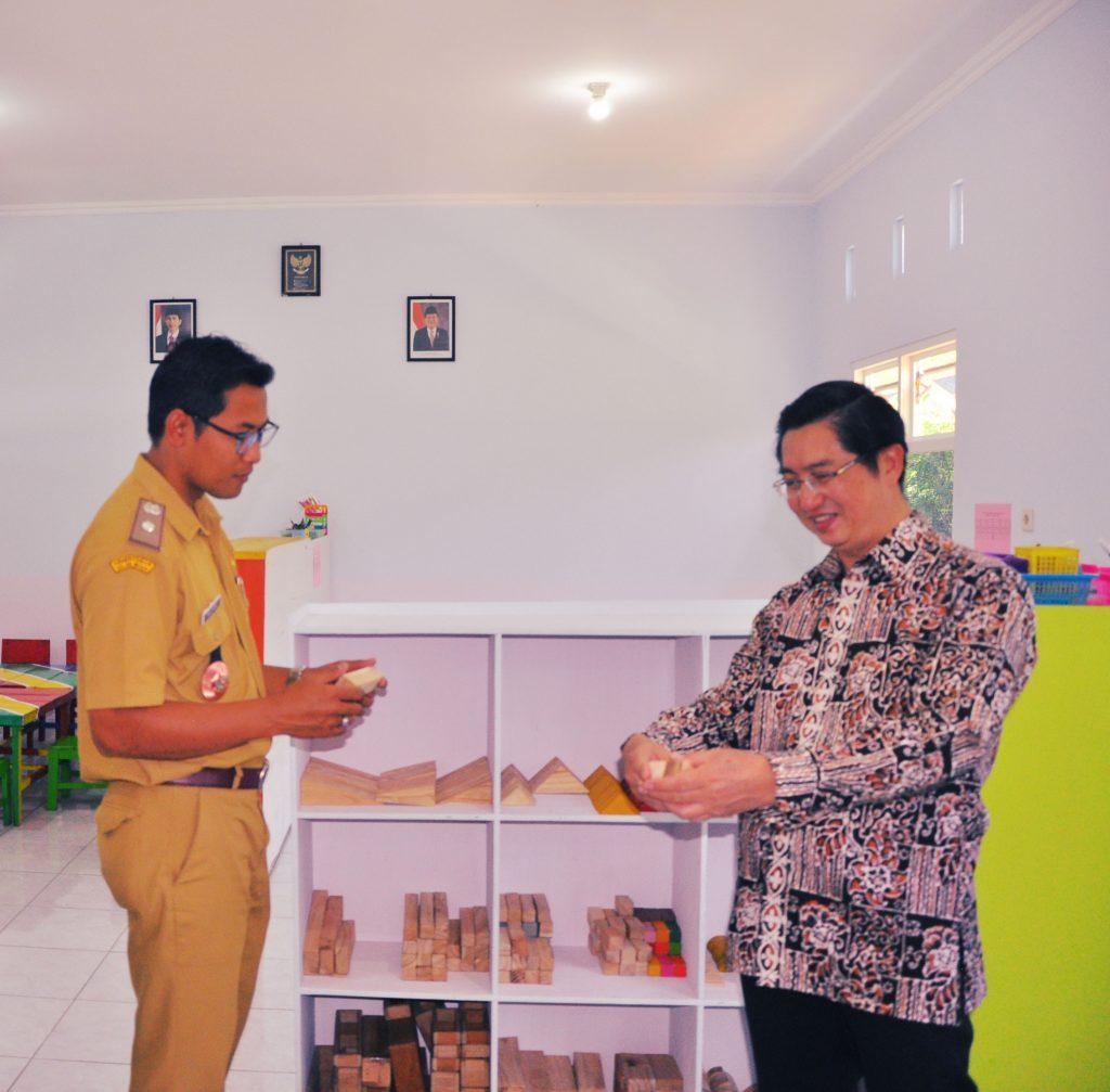Kristiyono, Kepala Desa Ngadikerso bersama Pak Hans Geni