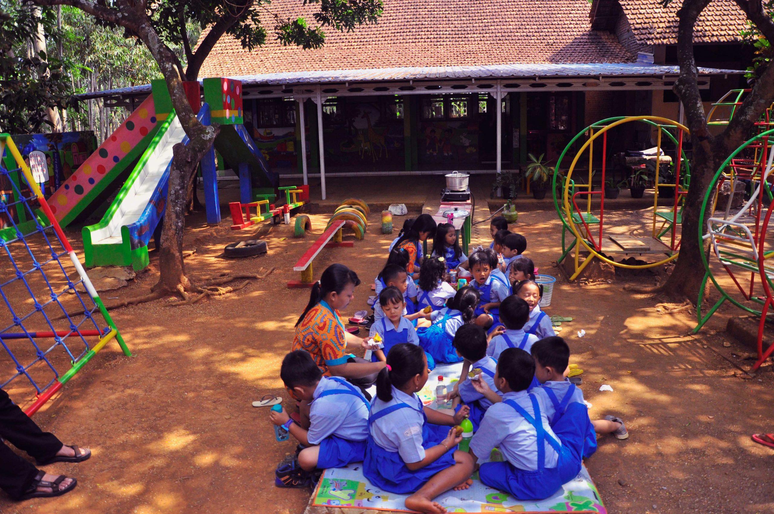 Ibu Guru bersama Anak murid di halaman TK, tak jauh dari Pantai Bondo di Jepara