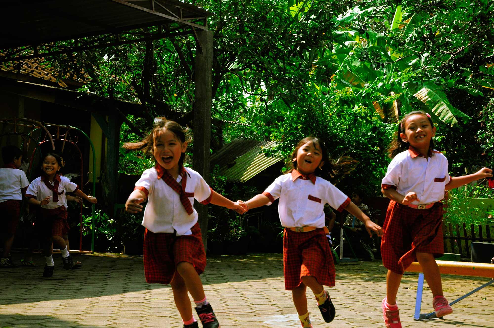 anak-anak sedang bermain di halaman TK