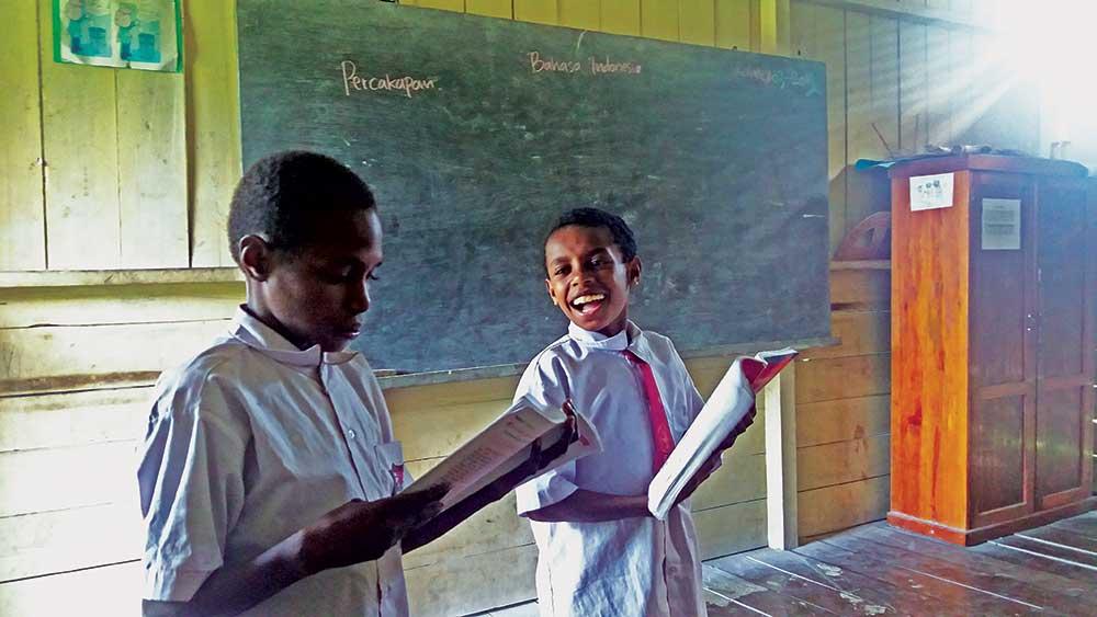 anak murid torere memakai seragam